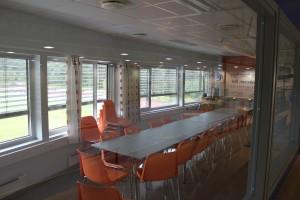 Sekretariat, møterom og kontor til media/presse/sponsorer med utsyn mot spillelokalet. Alle rom har flatskjerm og trådløst nettverk.